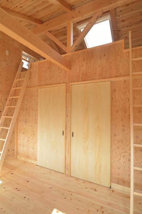 高台見晴しの家の木の質感を重視した子供部屋