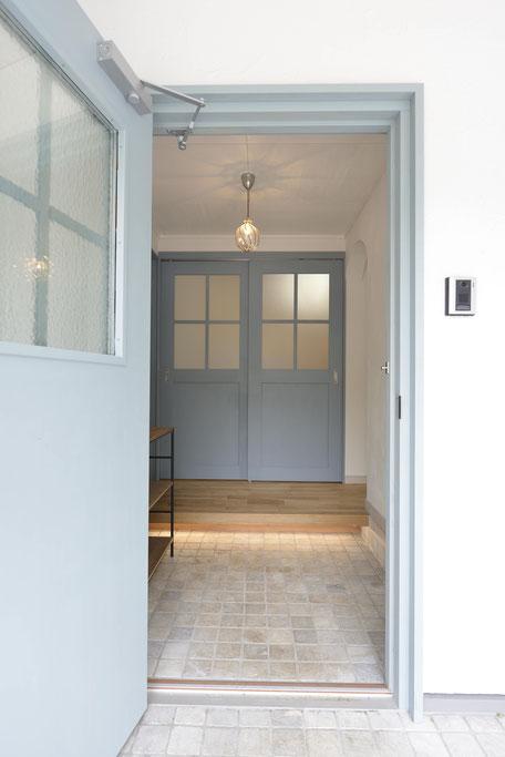 デッキのある平屋の家の玄関框の下には足元を照らす照明が