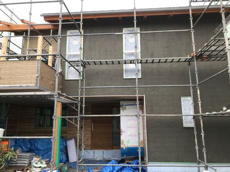 栃木県のバルコニー菜園のある家の家づくりの様子/外壁のモルタル下塗り
