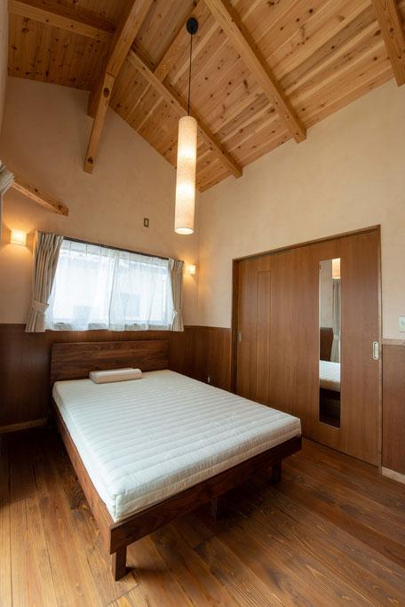 バルコニー菜園のある家の寝室は高い天井高