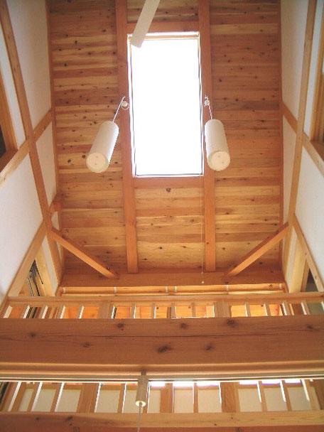 光と大空間の家の吹抜けの天井は栃木の木が目立つ