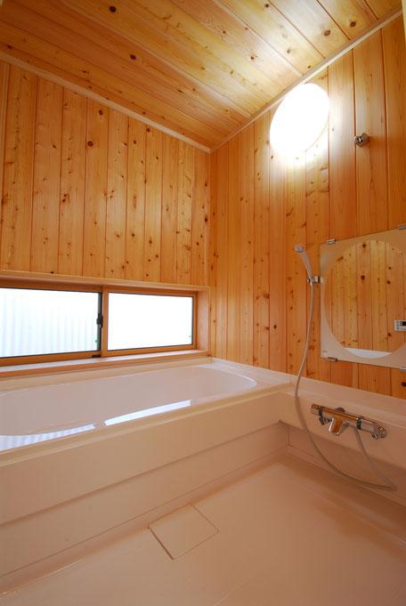 大黒丸太のある家の浴室は栃木の木の壁に落ち着きを感じる