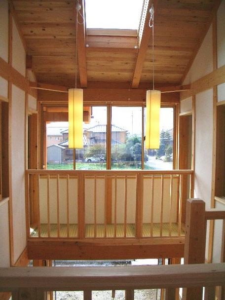 光と大空間の家の廊下を眺める