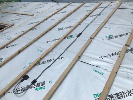 屋根の遮熱透湿防水シートの上に電気の配線が取り付けてある