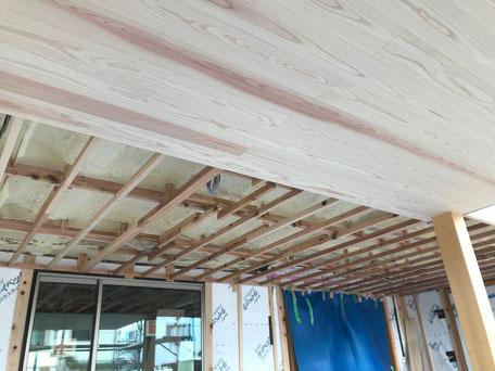 栃木県のバルコニー菜園のある家の家づくりの様子/天井仕上げ材の施工