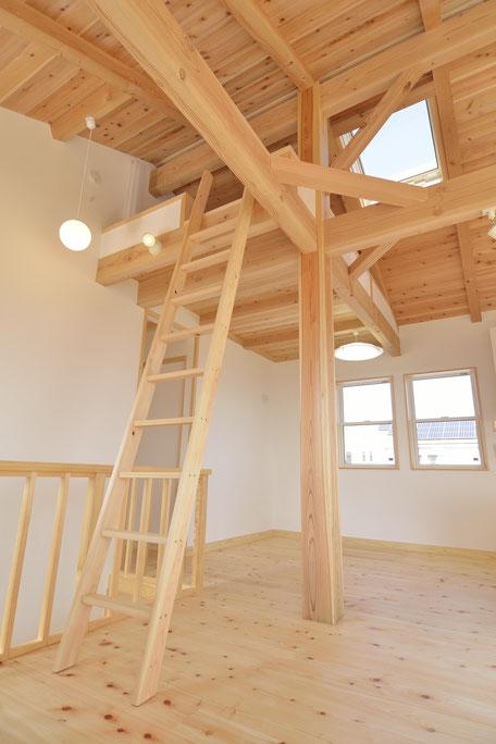 高台見晴しの家のリビングからロフトに繋がる梯子