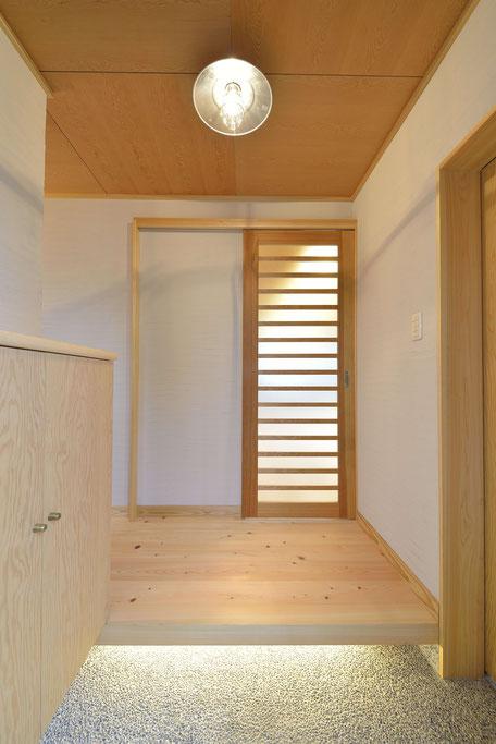 格子のある家は玄関框の下に照明がある