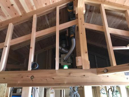 栃木県のバルコニー菜園のある家の家づくりの様子/小屋裏換気機器の設置