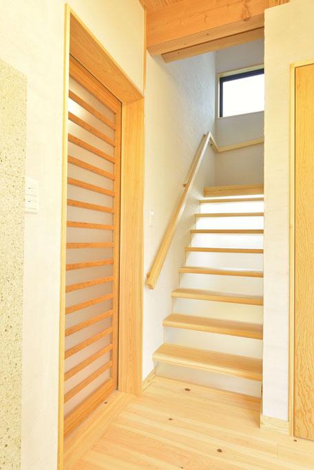 格子のある家の階段や戸は木を感じられる