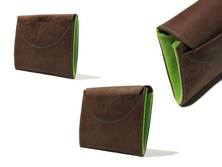 Tablethülle ist für das iPad geeignet, Außen ist es aus Leder, innen ist Filz. Der Verschluss ist ein Schlitz