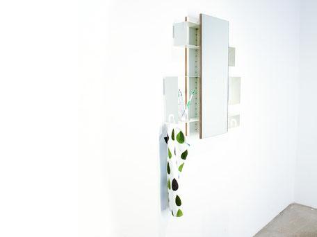 platzsparender Spiegelschrank für das Badezimmer, Ablagekisten können je nach Belieben angeordnet werden