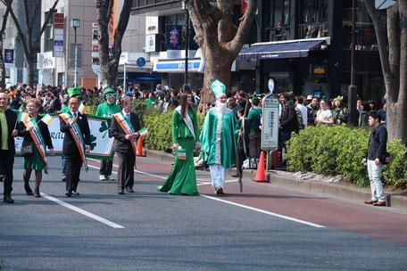 表参道のパレード。右端が「聖パトリック」。その隣がミスアイルランドだそうです。