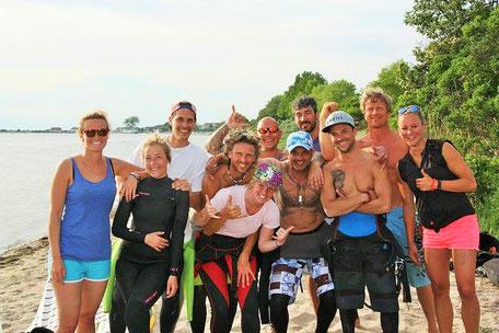 Gruppenkurs für Kitesurfen und WIndsurfen in deiner VDWS Surfschule in Rerik und Kühlungsborn an der Ostsee. Buche jetzt deinen anfängerkurs Kitesurfen an der Ostsee.