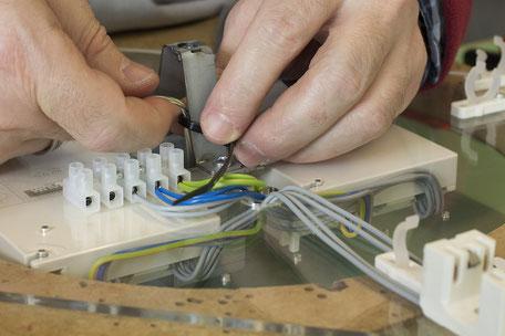 Elektromontag, Kabelkonfektion und Bestücken mit Bauteilen. Dienstleistungen aus einer sozialen Institution.