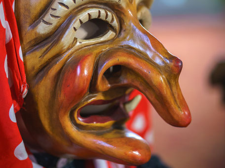 Nahaufnahme der handgeschnitzten Holzmaske