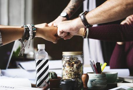 viele Fäuste kommen zusammen und bilden ein Teamgefühl