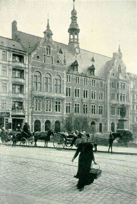 Das Zweites Schöneberger Rathaus mit Blick auf das Kaiser-Wilhelm-Denkmal.