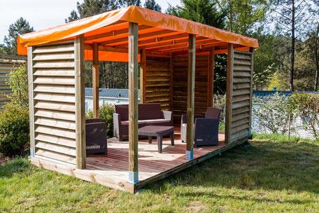 Glamping standplaats XL 120 - 150m² + terras met windschermen + tuinset