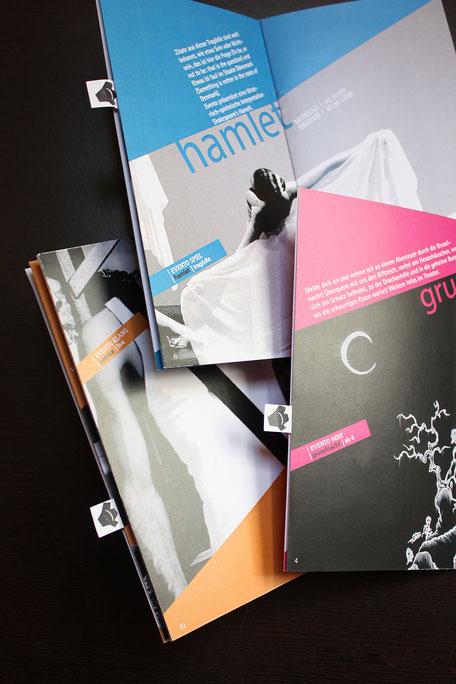 evento Theater-Booklets: Bildsprache s/w und Fähnchen als Lesezeichen und unkonventionelle Layouts