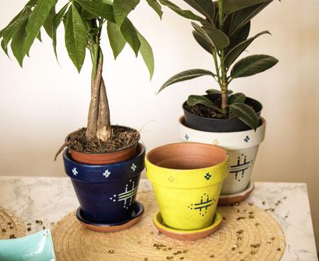 pot terre cuite bleu- pot de fleur jaune vintage-cache pot blanc-motifs berberes-ficus-pachira
