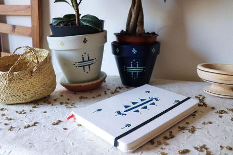pot de fleur blanc-pot terre cuite bleu-carnet de note blanc-panier osier-soucoupe bois
