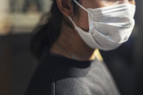 Mund-Nasen-Bedeckung als Schutz vor Krankheitserregern wie dem Coronavirus