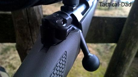 Die Mauser M12 Extreme hat eine Handspannung. Sehr viele Jagdbüchsen haben eine einfache Sicherung die einen Stürz vom Hochsitz nicht ohne Schusslöser überstehen würde.