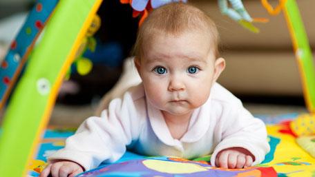 これまで体を丸めていた赤ちゃんが初めて背中を反らせるのがうつ伏せです