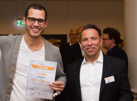 Victor ter Smitten, CEO von Sonah, mit der Siegerurkunde für den 1. Platz im Boostival-Wettbewerb 2017. Rechts im Bild der Geschäftsführer von inQventures, Frank Reinecke.