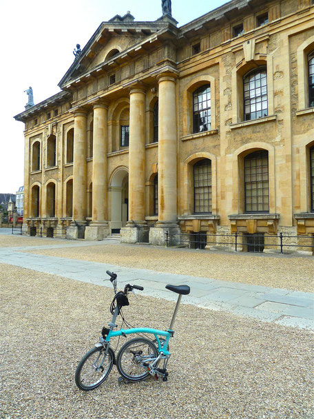 vélo bromption bleu monuemnt historique