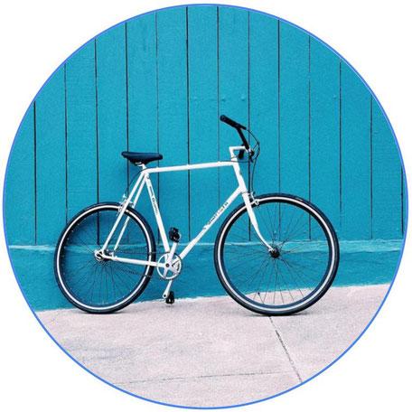 vélo bleu sur fond bleu