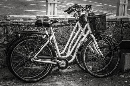 deux vélo en noir et blanc