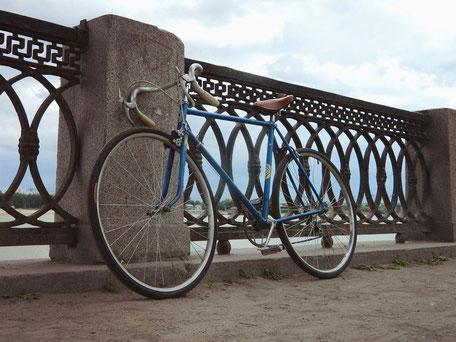 vélo de course bleu sur pont