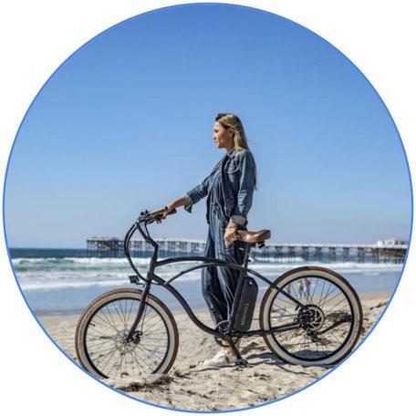 jeune femme avec son vélo électrique sur la plage