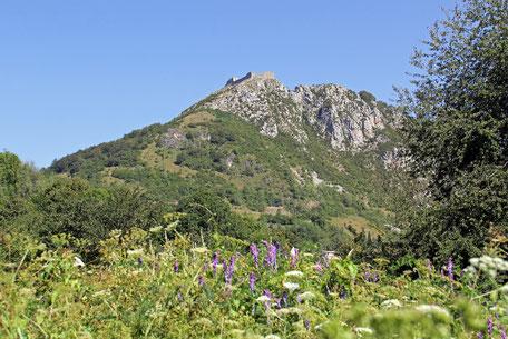 Die Katharer-Burg Montségur in den Pyrenäen