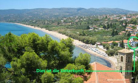 Meer mit Strand, Berge im Hintergrund, Häuser im Vordergrund. Koroni Griechenland.