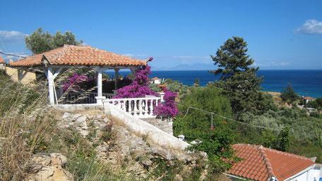 Ferienunterkunft, Haus über dem Meer, grün, Blumen. Koroni Griechenland.