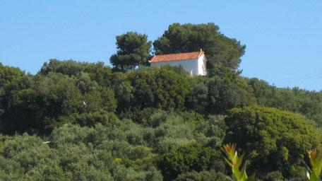 Kapelle Panajitsa oben auf dem Hügel, inmitten von Bäumen. Begleiteter Spaziergang bei Koroni Griechenland, etwa 4 km, ungefähr eine Stunde.