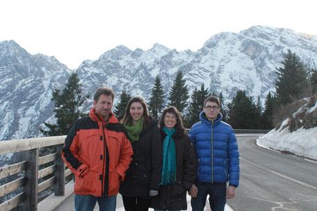 Familie Nitzinger auf der Rossfeld Panoramastraß, im Hintergrund ist der Hohe Göll zu sehen