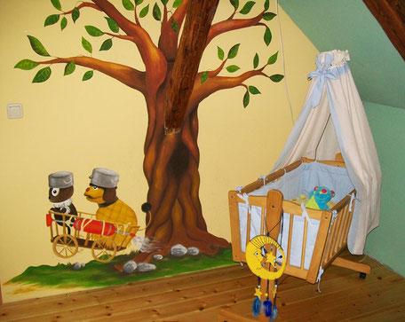selbstgemaltes Wandbild im Babyzimmer mit Moppi und Pittiplatsch