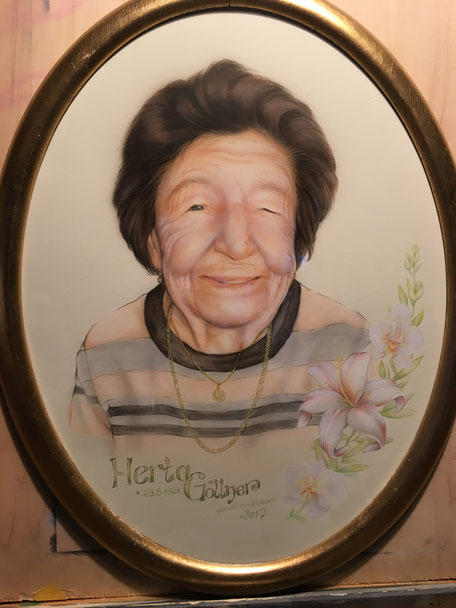 gerahmtes Portrait der Uroma in Airbrushtechnik und Buntstift gemalt in Riesa