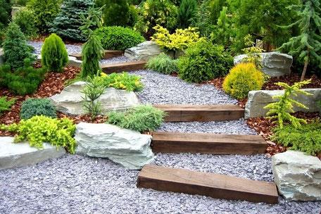 Treppen in einem Designergarten