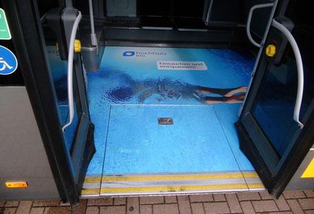 Busgestaltung mit Fußbodenwerbung
