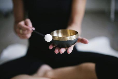 Eine Klangschale in der Meditation