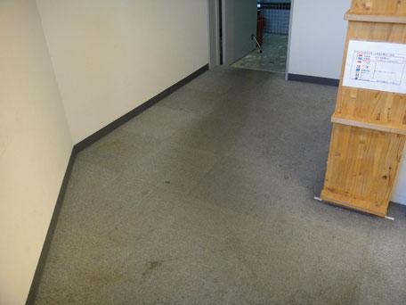 オフィスの通路のカーペットの酷い汚れ