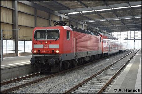 Am 28. Februar 2016 hat 143 952-0 die RB30 nach Dresden Hbf. am Haken. In Chemnitz Hbf. wartet sie auf Ausfahrt. Reste der ehemals vorhandenen weißen Pufferringe sind noch erkennbar