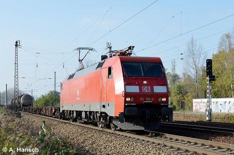 152 118-6 durchfährt am 29. Oktober 2014 mit ihrem Güterzug Leipzig-Thekla