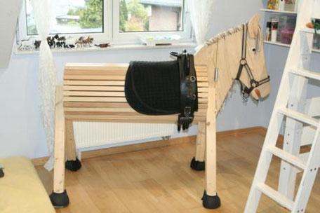 So bereitet man ein Holzpferd perfekt auf den Winter vor