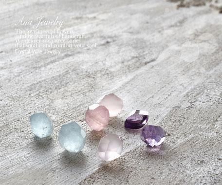 天然石の買い付けの際は、透明度、輝きに加え、生徒さんのお好きな石も思い浮かべて選んでいます。美しいパワーストーンはパワーをもらえ、気持ちを癒してくれます。