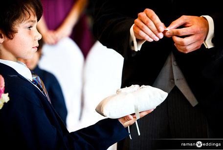 Trauzeremonie mit Ringtausch Ringe tauschen Ring Übergabe, Kinder oder Trauzeugen reichen Ringe beim Trauversprechen Eheversprechen Treueversprechen Eheringe